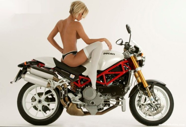 сексуальна дівчина на мотоциклі