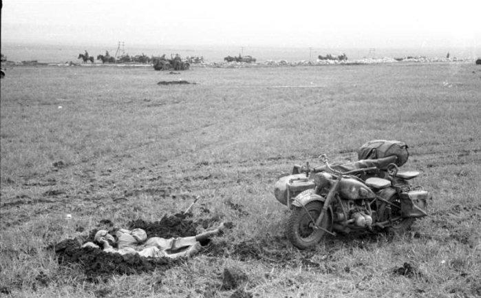 Мотоцикл BMW R75 и мотоциклист, спящий в окопе