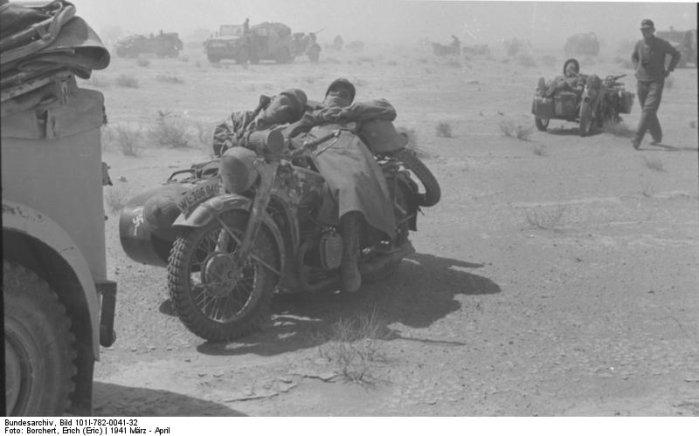 Солдаты спят на мотоцикле с коляской. фотография мотоцикла великой отечественной войны.