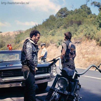 Ангелы Ада на шоссе с мотоциклом