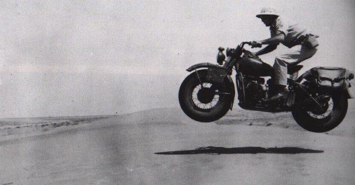 фотография военного мотоцикла в пустыне