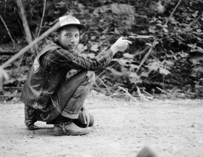 Байкер с револьвером