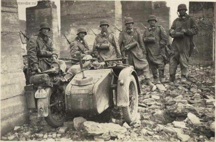 Десантники Вермахта на военном мотоцикле BMW R75