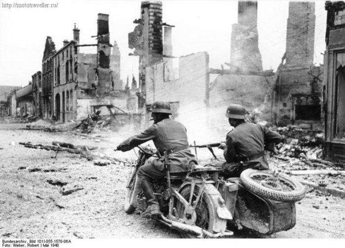 Военные мотоциклисты Вермахта на мотоцикле с коляской в разрушенном городе