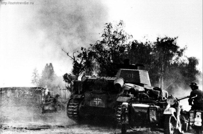Танк А35 и военные мотоциклы Вермахта