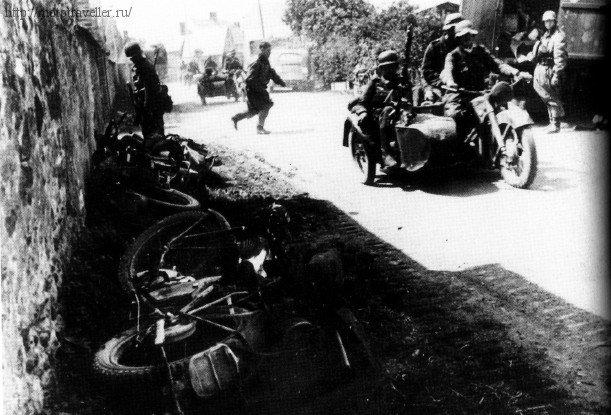 Сломанные немецкие военные мотоциклы на обочине дороги