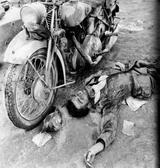 Мертвый немецкий военный мотоциклист