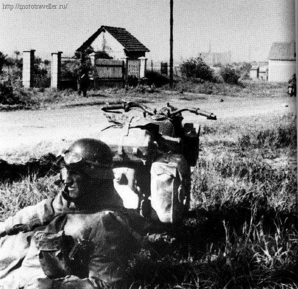 Военный мотоциклист Вермахта на привале