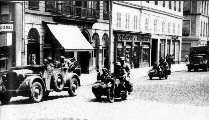 Военные мотоциклы Вермахта в оккупированном городе