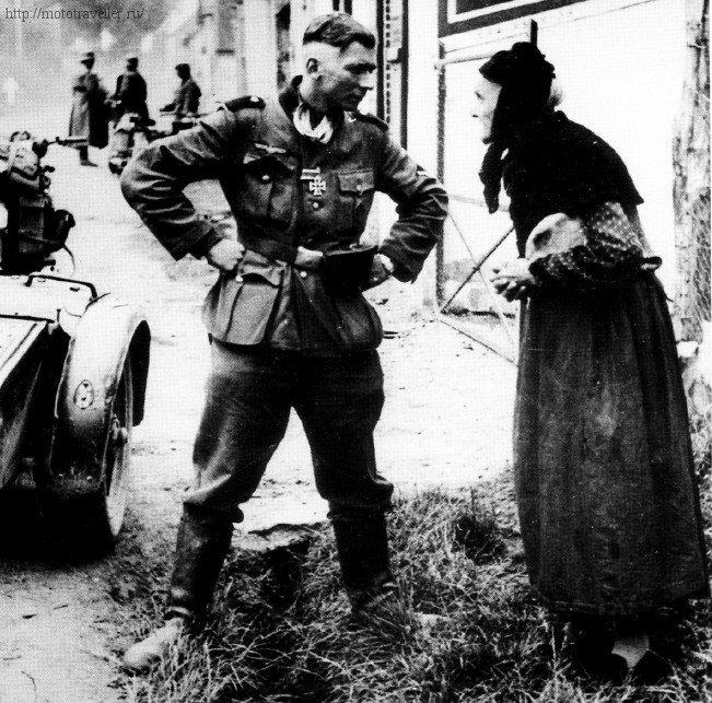 Немецкий военный мотоциклист с Железным Крестом