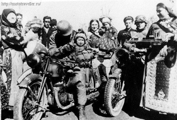 Немецкий военный мотоциклист с ребенком