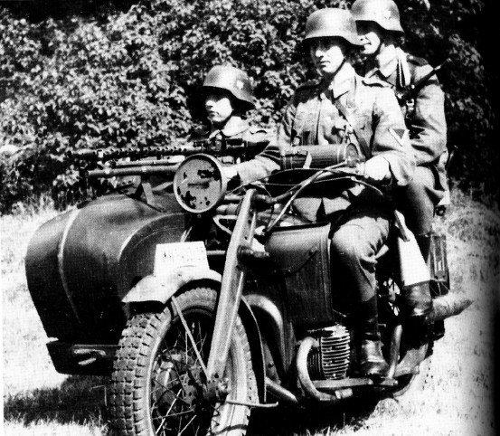 Экипаж немецкого военного мотоцикла в полном составе