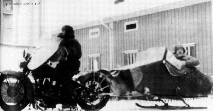 Военный мотоцикл на лыжах зимой