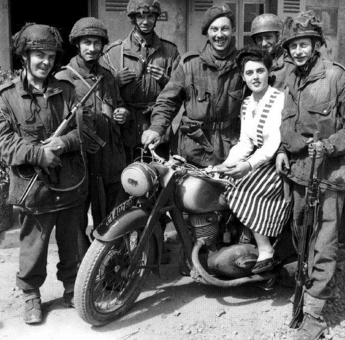 Военные и девушка на мотоцикле