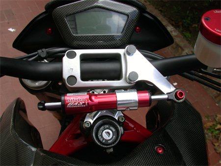 Продольный рулевой демпфер мотоцикла