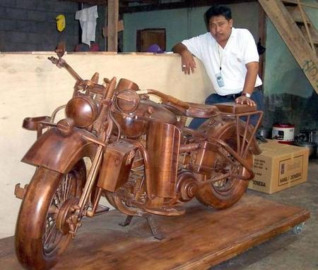 Мотоцикл из красного дерева